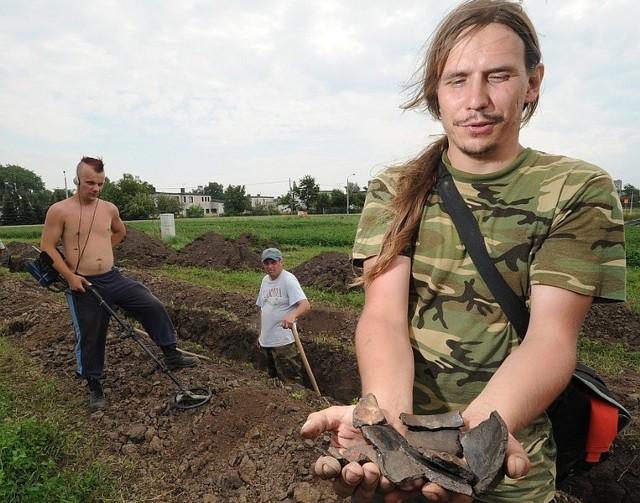 Fragmenty garnków to ślady życia plemion przedsłowiańskich na tych ziemiach - pokazuje Marcin Kornaś.