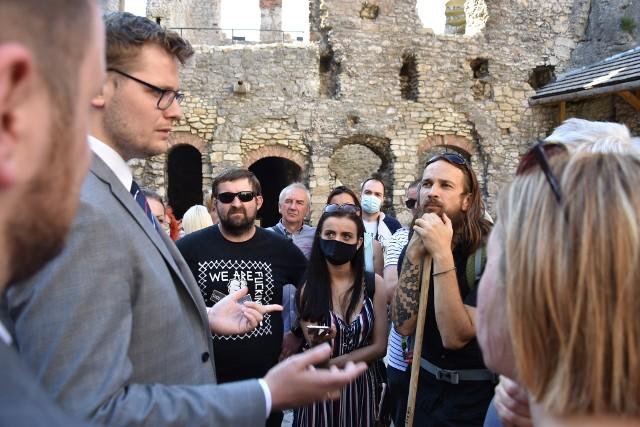 Mieszkańcy Jury mogli zadać ministrowi środowiska pytania. I Korzystali z tej okazji. Spotkanie odbyło się na dziedzińcu zamku w Podzamczu.Zobacz kolejne plansze. Przesuwaj zdjęcia w prawo - naciśnij strzałkę lub przycisk NASTĘPNE