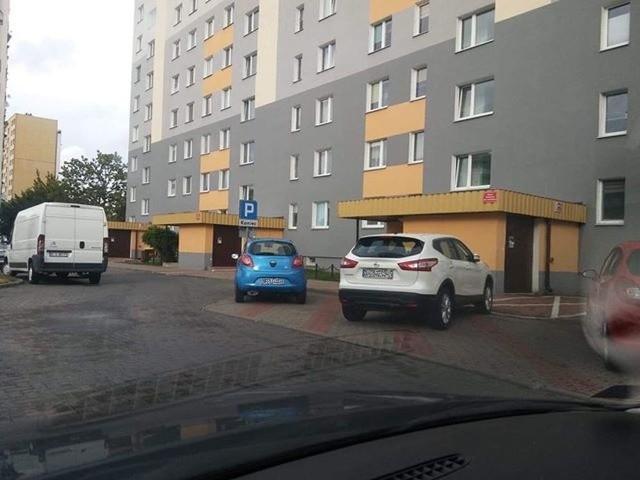 - Mistrzowie parkowania: dwa auta na czterech miejscach parkingowych - napisał do nas Artur i przesłał zdjęcia sprzed bloku przy ul. Wąskiej 4 w Białymstoku.