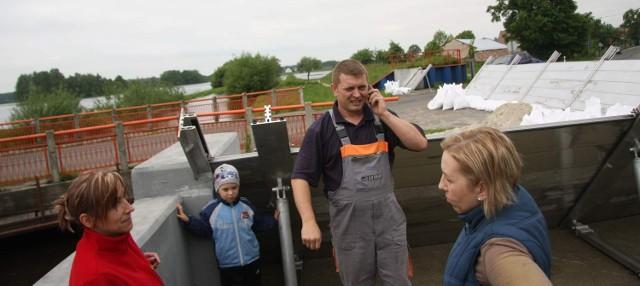 Mieszkańcy Starych Kolni przygotowali blokady na moście na Stobrawie na wypadek zamknięcia drogi w kierunku Popielowa.