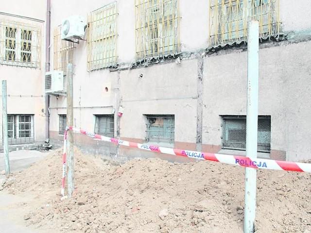 Ekipy remontujące siedzibę Komendy Powiatowej Policji w Sławnie natknęły się podczas prac ziemnych na ludzkie kości. Odkrycia dokonano w miniony piątek, o czym informowaliśmy w naszych bieżących wydaniach i na stronie gk24.pl .