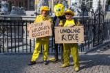 Happening Krzysztofa Skiby i Pawła Konja Konnaka przed fontanną Neptuna w Gdańsku. Artyści żądali uwolnienia gumowej kaczki [wideo, zdjęcia]