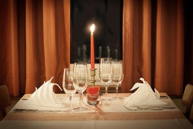 Z powodu obostrzeń związanych z pandemią, wszystkie święta obchodzimy inaczej niż dotąd. Tak będzie też w przypadku walentynek. Dla tych, którzy chcieliby 14 lutego spędzić romantyczny wieczór we dwoje przy świecach i wykwintnej kolacji, mamy kilka propozycji. Wybraliśmy najciekawsze, naszym zdaniem, oferty walentynkowego menu, jakie oferują restauracje we Wrocławiu - zarówno na miejscu jak i z dowozem.Zobaczcie dania, ceny i wskazówki, jak zamówić jedzenie z dostawą do domu na kolejnych slajdach.