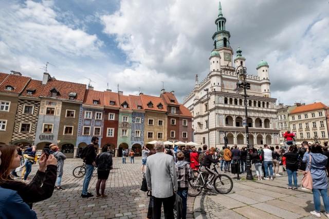 Ile osób jest zameldowanych w Poznaniu, a ile naprawdę w nim mieszka? Jaki procent ludności Poznania stanowią obcokrajowcy? Na którym osiedlu jest najwięcej mieszkańców, a na którym najmniej? Kiedy Poznań stał się półmilionowym miastem? Jak wygląda ludność powiatu poznańskiego i Metropolii Poznań? Sprawdź odpowiedzi na te pytania w galerii ---->