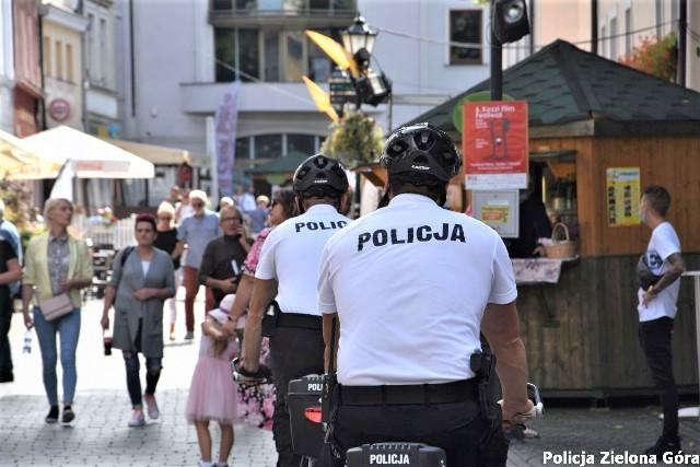 Winobranie 2020. Rowerowy policyjny patrol w centrum miasta