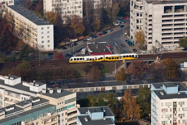 Od 15 mieszkańcy gminy Kąty Wrocławskie będą mieli znacznie łatwiejszy dojazd pociągiem do centrum Wrocławia. Zaczną wówczas jeździć pociągi, których funkcjonowanie było już zapowiadane i zostało sfinansowane przez władze gminy. Znamy już więcej szczegółów tego połączenia. Przeczytaj na kolejnym slajdzie.