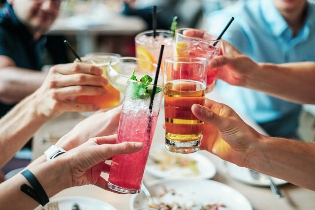 Na kolejnych planszach - konkretne miasta. Policzyliśmy, ile pieniędzy przepijają rocznie mieszkańcy 14 miast z woj. śląskiego. Wartość sprzedanego w 2018 roku alkoholu, zarówno w sklepach, jak i w lokalach, podzieliliśmy przez liczbę dorosłych mieszkańców - tyle średnio wydała na alkohol w 2018 roku jedna osoba, która skończyła 18 lat. Oczywiście, może być tak, że w jednym mieście pije się mniej alkoholi, ale droższych, a w innych - więcej tanich. Dlatego podajemy też wartość sprzedanego w danym mieście w zeszłym roku piwa i alkoholu mocnego, a także liczbę mieszkańców, na którą przypada jeden sklep lub bar z koncesją.