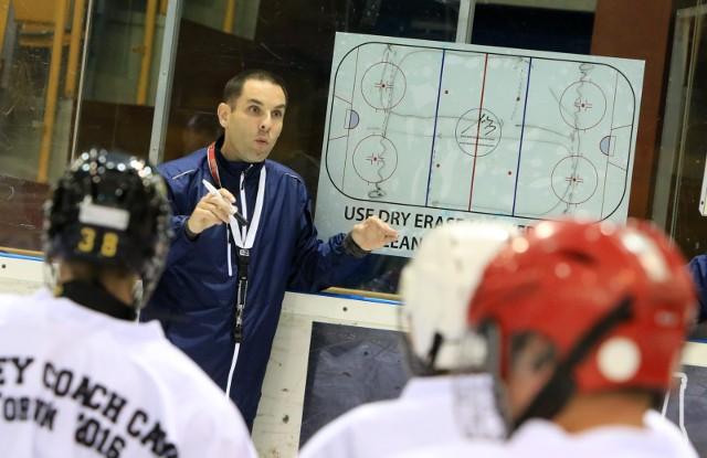 W ramach promocji rozgrywek i hokeja NHL organizuje campy na całym świecie, także w Polsce, na zdjęciu wykład Todda Woodcrafta