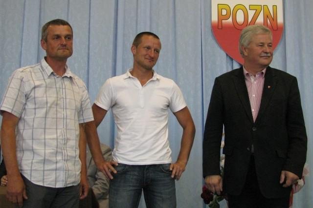 Apoloniusz Tajner (z prawej) był gościem podsumowania sezonu w Podkarpackim Okręgowym Związku Narciarskim. Na zdjęciu z Bogdanem Kustroniem i Jackiem Staroniem amatorskimi mistrzami Polski w biegach z Suchodołu.