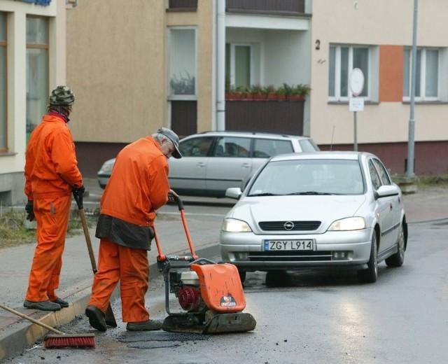 Na ulicy szpitalnej zamiast nowej nawierzchni zaczęli łatać dziury.