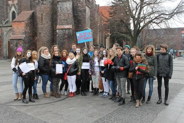 """Młodzież z Brzegu bierze udział w akcji """"Mam haka Uczniowie I LO mają za sobą wiele prelekcji i uliczny happening na ulicach miasta, podczas którego zachęcali brzeżan do profilaktyki."""