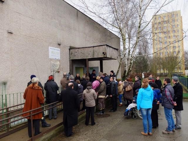 Uroczystość odsłonięcia tablicy Wojciecha Deneki na domu WTZ Przylesie