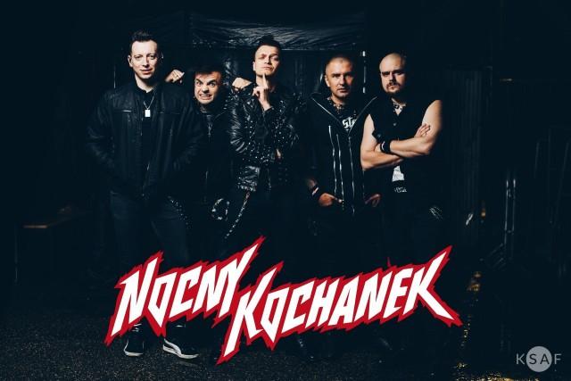 Nocny Kochanek, bardzo popularny zespół heavy metalowy zagra w sobotę 7 grudnia koncert w Koszalinie! Bilety na ich występ w klubie G38 już dawno zostały wyprzedane, ale... mamy dla naszych Internatów dwie podwójne wejściówki ufundowane przez organizatora imprezy!Jak je zdobyć? Czytaj na kolejnych slajdach! >>>Zobacz także:  Koncert z utworami zespołu Metallica symfonicznie w Filharmonii Koszalińskiej
