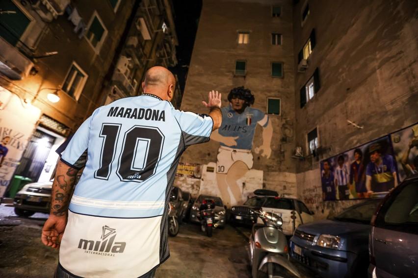Wieczorem w Neapolu fani opłakiwali Maradonę, który przez...