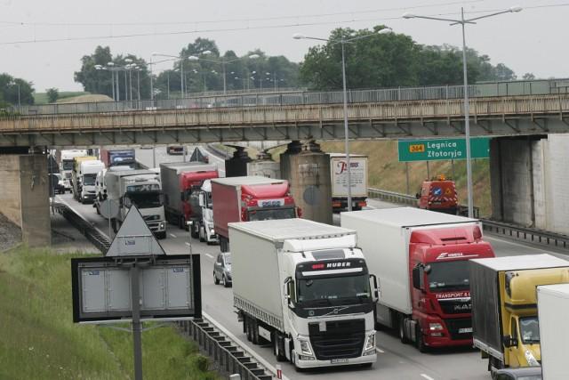Wypadek w okolicach węzła Lubiatów i korek na A4 - zdjęcie ilustracyjne