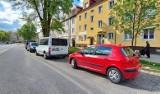 Parkingowy koszmar na ul. Waryńskiego w Koszalinie bez rozwiązania. Trzeba poczekać do września