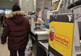 Biedronka wprowadza duże zmiany w funkcjonowaniu sklepów. Skraca godziny otwarcia placówek i wprowadza limity klientów. Powodem koronawirus
