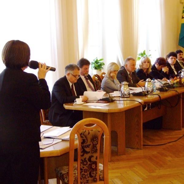 """Maria Feliniak przekonywała radnych by głosowali """"za"""" powołaniem do życia spółdzielni."""