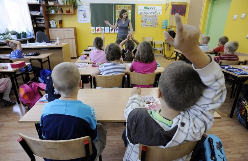 Jedne szkoły obchodziły Dzień Nauczyciela już w piątek,...