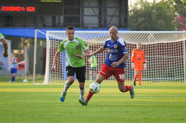 Waldemar Gancarczyk (niebieska koszulka) grał w Odrze dwa i pół roku. W tym czasie rozegrał 68 meczów ligowych, w których zdobył 22 bramki.