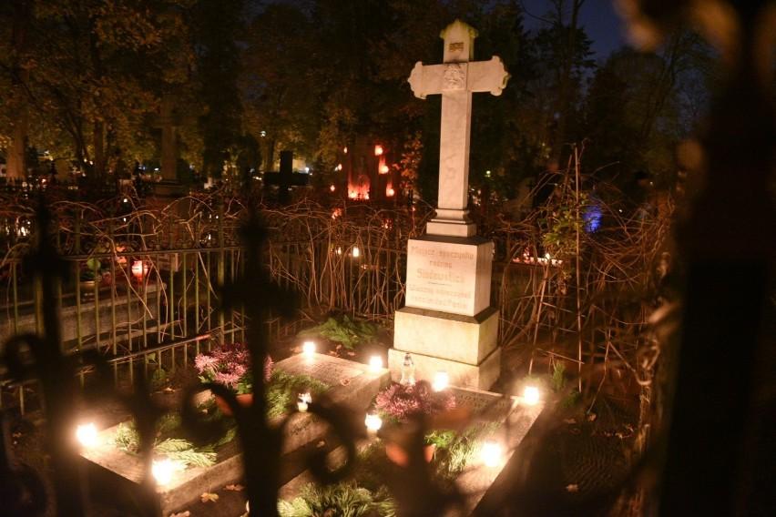 Dziś Wszystkich Świętych. Dzień w których odwiedzamy groby najbliższych. Wiele osób na cmentarz wybiera się także po zmroku. Tak wyglądają oświetlone przez znicze groby na nekropolii św. Jerzego w Toruniu.Zobacz też:Oni odeszli w 2019 rokuNowosciTorun