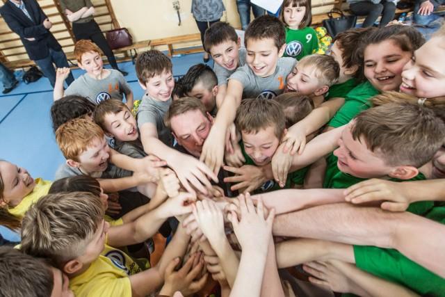 Radość i wspólny okrzyk po wygranym meczu to nieodzowna część występu adeptów piłki ręcznej