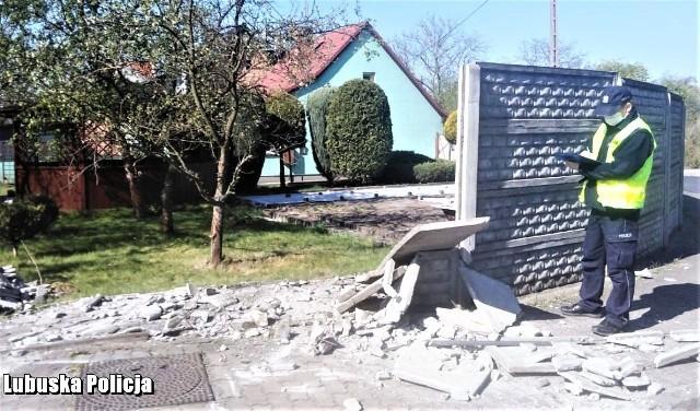 Policjanci z Gubina w niespełna pół godziny od zgłoszenia zatrzymali 29-latka, który rozbił swój samochód o betonowe ogrodzenie i uciekł. Jak się okazało, powodem jego ucieczki był stan, w jakim się znajdował. Czytaj dalej >>>