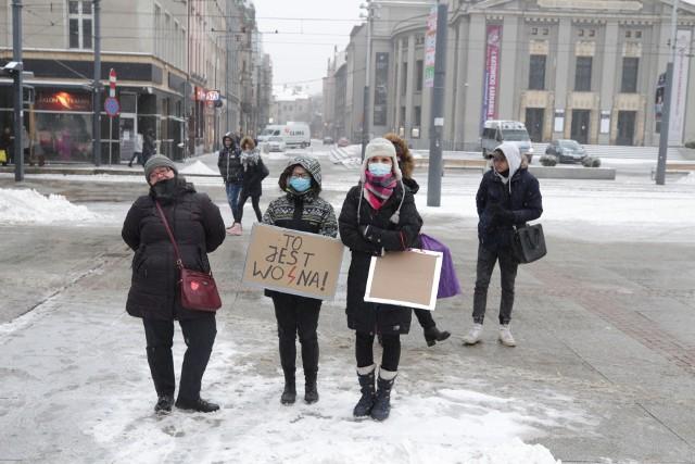 Protest kobiet w Katowicach, 7 lutego 2021.Zobacz kolejne zdjęcia. Przesuwaj zdjęcia w prawo - naciśnij strzałkę lub przycisk NASTĘPNE