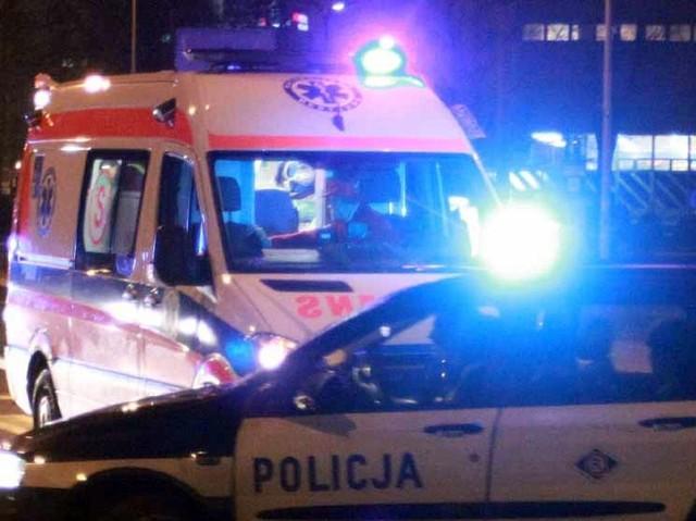 Fiat albea uderzył w drzewo. Policjanci znaleźli kierowcę pod samochodem.