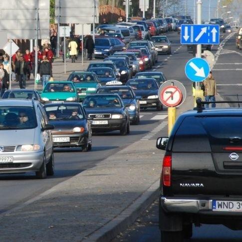 Tak było wczoraj. Mimo większej liczby samochodów w okolicach cmentarzy, ruch odbywał się w miarę płynnie. Dziś korki są znacznie większe