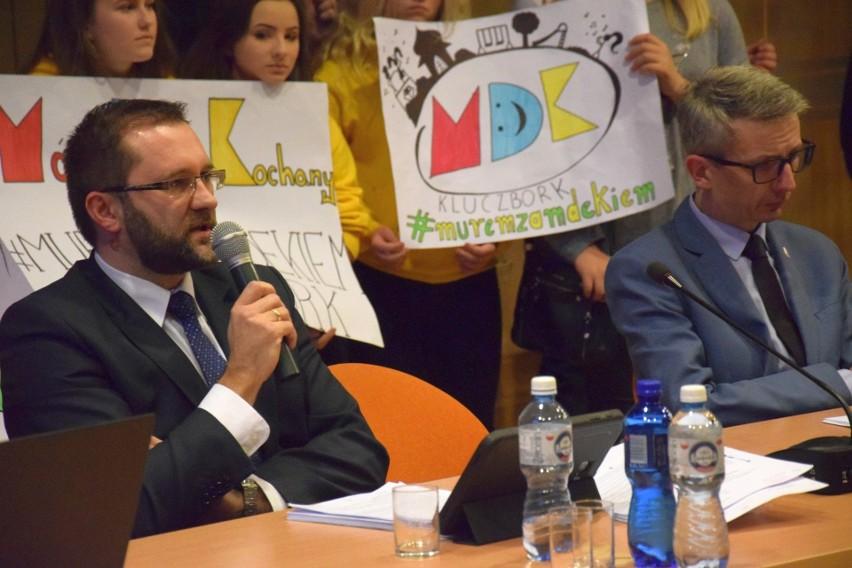 Sesja rady powiatu kluczborskiego, na której uchwalono program naprawczy.
