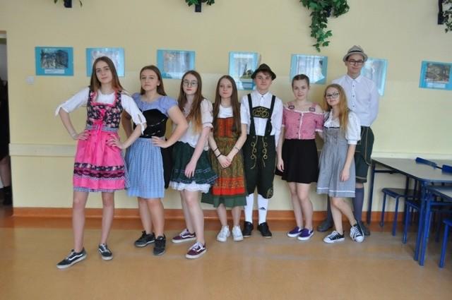 """Jedną z atrakcji Dnia Patrona 2020 w buskim """"Koperniku""""  była nauka widowiskowego  tradycyjnego tańca bawarskiego."""