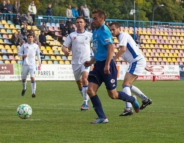 Michał Magnuski (przy piłce) strzelił trzy bramki w meczu pucharowym.