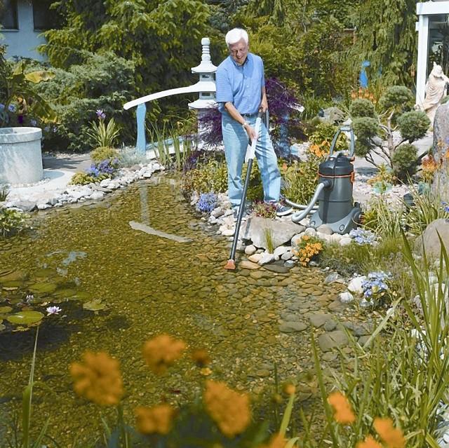 Odkurzacz do oczka wodnegoOczko wodne można też wysprzątać… odkurzaczem. Oczywiście takim specjalnym. Usunie liście, muł, resztki obumarłych roślin.