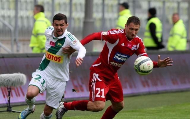 Tomasz Górkiewicz (czerwony strój), który przez większość kariery był związany z Podbeskidziem Bielsko-Biała podpisał z kluczborskim klubem roczny kontrakt.