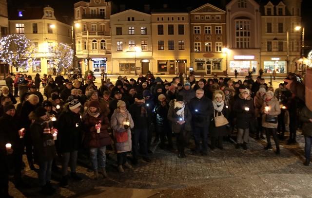 Około 100 osób zebrało się w poniedziałek (14 stycznia) na Rynku w Grudziądzu, aby zamanifestować swój sprzeciw wobec przemocy i upamiętnić Pawła Adamowicza, zamordowanego prezydenta Gdańska. W ciszy i spokoju stawiali znicze.