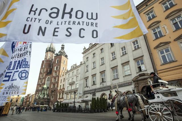 W ramach Światowego Dnia Poezji na ścianie Pałacu Potockich przy krakowskim Rynku i ulicy Brackiej zostaną wyświetlone wiersze poetów z sieci Miast Literatury UNESCO.