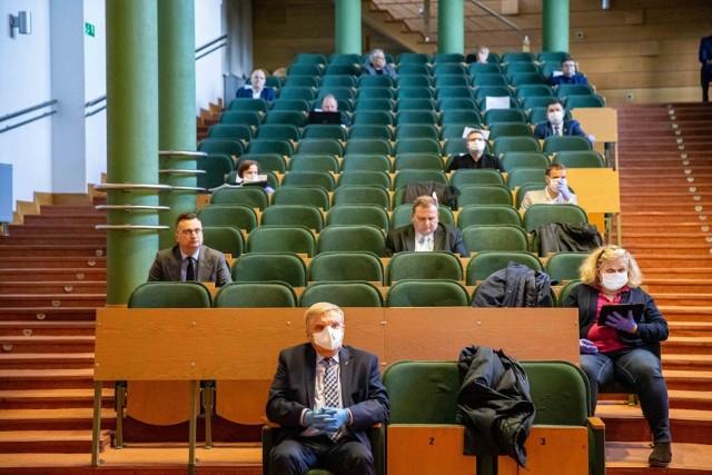 Radni i władze miasta na nadzwyczajnej sesji. Wszyscy uczestnicy mieli rękawiczki. Część założyła też maseczki.