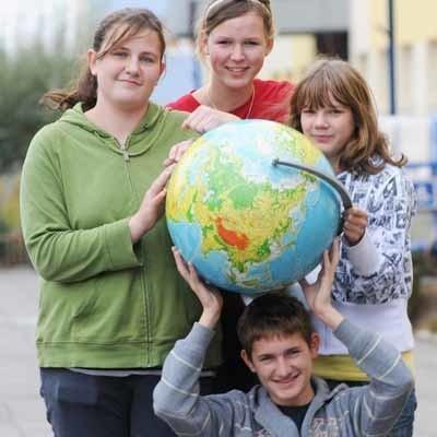- Na zajęciach kółka geograficzno-ekologicznego możemy rozwijać swoje zainteresowania - mówią Gimnazjalni Strażnicy Ziemi: Ola Bok, Kacper Witt, Ala Konieczek i Hiacynta Janowska. - Chcielibyśmy, żeby w walkę o środowisko przyłączyli się wszyscy mieszkańcy gminy.