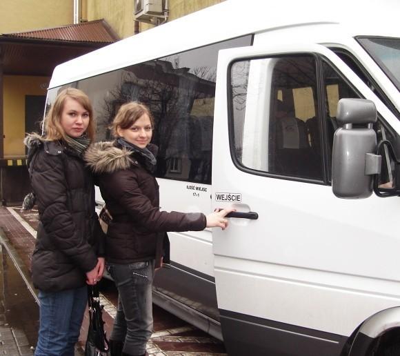 Joanna Cegielska (z lewej) i Martyna Lemańska z Kobylanki codziennie dojeżdżają busami na zajęcia do Szczecina. - Wygodnie jest nam korzystać z przystanku w centrum, ale skoro to przeszkadza innym, musimy pogodzić się z przeniesieniem go - mówią studentki US.
