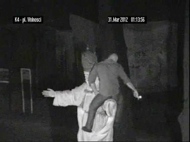 Mężczyzna wspiął się na pomnik Chrystusa Króla i zapalił na nim papierosa. Sprawa trafiła do sądu.