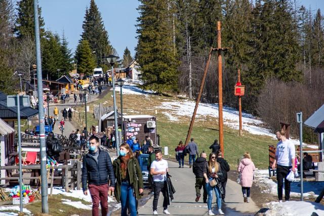 Turyści w Zakopanem są. Tam w weekend wyglądała Gubałówka. Spora część przyjechała na jednodniowy wypad. Z pewnością jednak nie wszyscy.