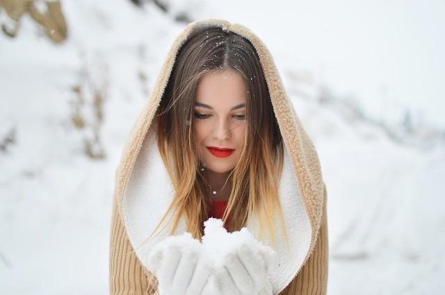 Niska temperatura działa bardzo niekorzystnie na naszą skórę. Dbać należy zwłaszcza o twarz, której nie możemy w żadnej sposób przykryć. Jak poradzić sobie z suchymi dłońmi i spierzchniętymi ustami?