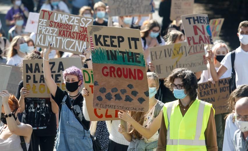 """W piątek w Rzeszowie odbył się Młodzieżowy Strajk Klimatyczny. Młodzi ludzie maszerowali ulicami miasta, by zwrócić uwagę rządu na nierówności społeczne, które wynikają z postępujących zmian klimatu. Na transparentach nieśli hasła """"Edukujcie, a nie emitujcie"""", """"Nie zabierajcie nam przyszłości"""". Zobaczcie galerię zdjęć z marszu."""