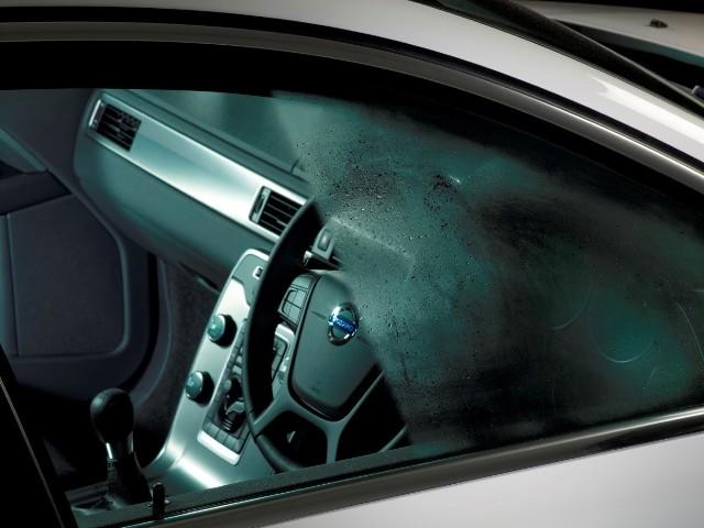 Parujące szyby w naszym samochodzie? Para wodna na wewnętrznej stronie okien auta? To nie tylko irytujące, ale i niebezpieczne. Jak temu zaradzić? Jest wiele sposobów! Szczegóły w naszym artykule!Czytaj dalej. Przesuwaj zdjęcia w prawo - naciśnij strzałkę lub przycisk NASTĘPNE