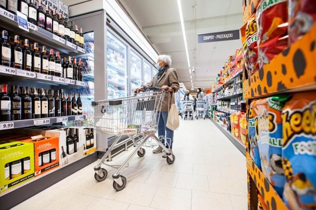 Rząd chce uruchomić ogólnopolską, państwową sieć sklepów spożywczych. Te plany ujawnił dziś wiceminister aktywów państwowych Artur Soboń. - Bylibyśmy obecni od pola do stołu - tłumaczył w rozmowie z portalem Money.pl.CZYTAJ DALEJ NA NASTĘPNYM SLAJDZIE