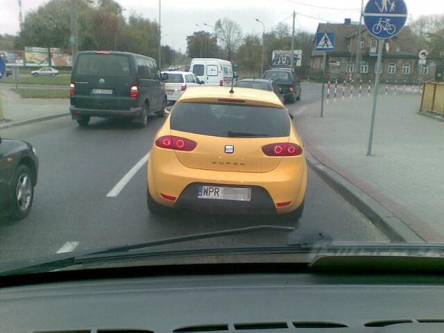 Żółty radiowóz seat leon cupra ma pruszkowską rejestrację