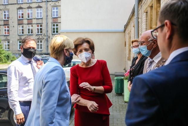 Minister Rodziny i Polityki Społecznej Marlena Maląg wręczyła w poniedziałek (26 lipca) promesę na dofinansowanie dla seniorów.