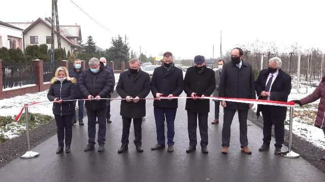 Otwarto dwie ważne drogi w gminie Goszczyn. W uroczystym przecięciu wstęgi brali udział przedstawiciele władz wojewódzkich, powiatowych oraz gminnych.