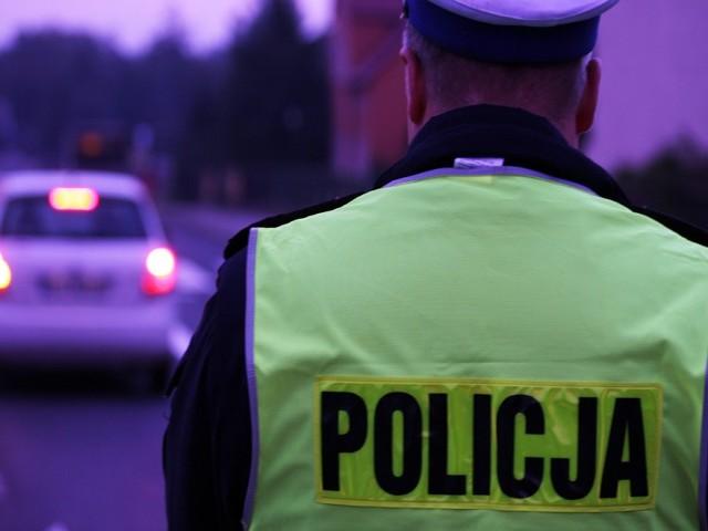 Policjanci kontrolowali wszystkie przejeżdżające pojazdy.